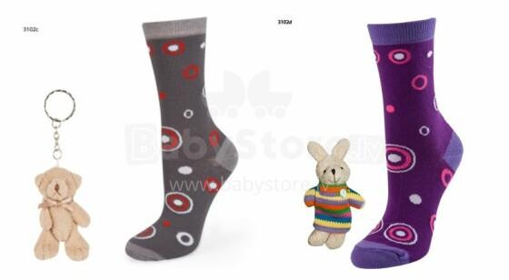 SOXO Baby Gift Set 3102 Dāvanu komplektiņš 0-12m. Bērnu kokvilnas stilīgas zeķītes +rotaļlieta piekariņš